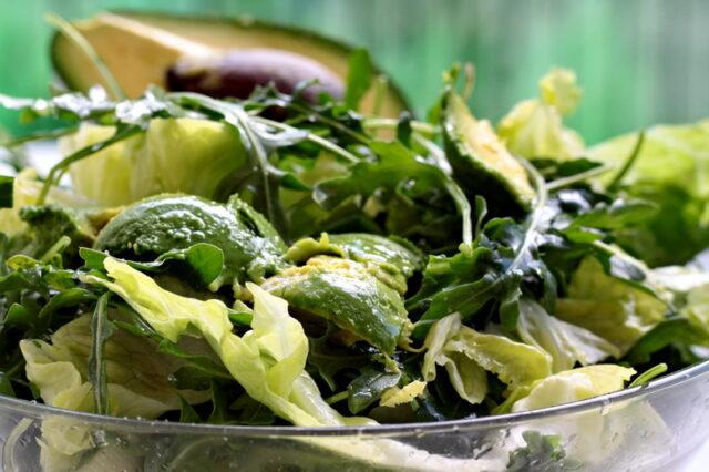 salata verde cu mustar de casa si avocado