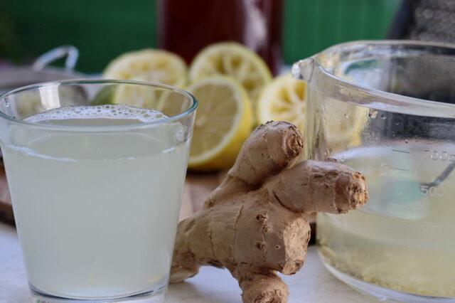 Limonada cu miere si ghimbir este doar una dintre bauturile racoritoare sanatoase ce se pot face in casa din fructe si legume proaspete. Ghimbirul este un aliment cu proprietati terapeutice extraordinare, neaparat cautati pe net despre el, eu m-am indragostit de aceasta limonada chiar daca gustul ghimbirului, asa, de unul singur, mi se pare prea aspru.