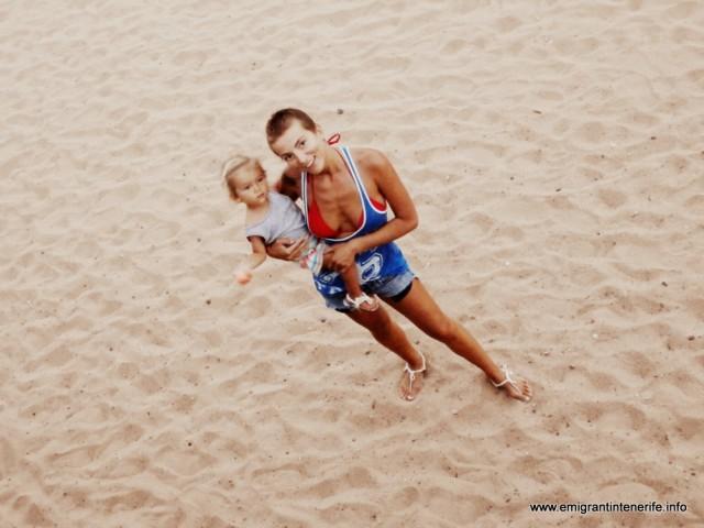 O poză pe nisip, înainde să ni le scoatem. Sunt faine, dar mai fain e mersul desculţ.