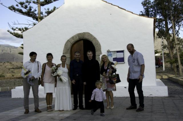 In fata bisericii din La Caleta - rochie de mireasa